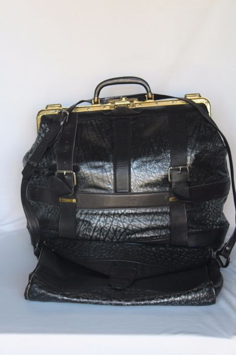 Travel set with travel bag in suit with woman's bag, all in leather with brass fixtures