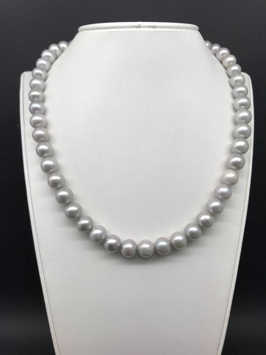 Pearl necklace with 10 mm individually-knotted grey cultured freshwater pearls and 18 kt clasp