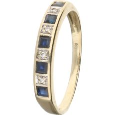 14 kt – Yellow gold ring set with 5 square cut sapphires and 4 round brilliant diamonds of 0.02 ct in total. In a white gold setting –
