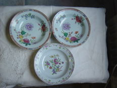 Three porcelain famille rose Qianlong dishes - China - 18th century