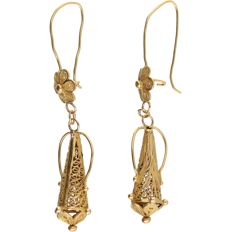 18 kt - Yellow gold tooled earrings -Length x width: 4.5 x 0.8 cm