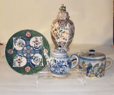 Lot with Delft earthenware - Plate of hearts, teapot, butter pot and vase