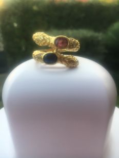 Ring with two serpent heads, in 18 kt gold with sapphire, ruby and diamonds
