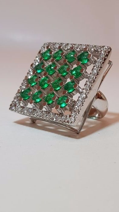 Ring in 18 k white gold with emeralds and diamonds