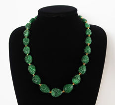 Necklace, large engraved emeralds, 14 kt gold clasp - 59 cm - 590 ct