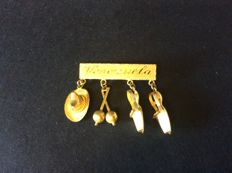 Brooch with sombrero, maracas and shoes in 18 kt gold - 3.5 cm