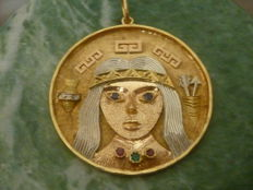 Medallion In 18 kt two-toned gold adorned with 2 small rubies and 3 small round-cut emeralds- Weight: 21.3 g