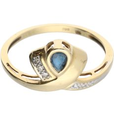 18 kt - Yellow gold ring set with sapphire and 4 octagonal cut diamonds of approx. 0.02 ct in total - Ring size: 17.5 mm