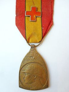 Medal 14-18 with red enamel cross, signed.
