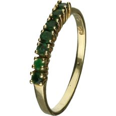 14 kt Yellow gold ring with emerald, set in a row. - ring size: 16.75 mm