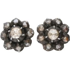 14 kt – Yellow gold rosette ear studs each set with 9 rose cut diamonds with a total of approx. 0.075 ct each earring, in a silver centre piece - Diameter: 8 mm
