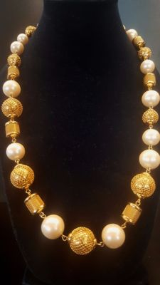 Stunning signed MONET decorative gold toned Necklace with faux pearl