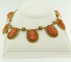 14 kt yellow gold necklace with 20 heads of cut coral, necklace length: 44 cm