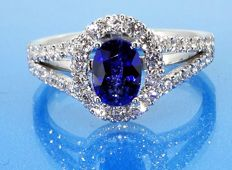 Diamond ring with sapphire of 1.00 ct & 46 diamonds, 0.60 ct in total
