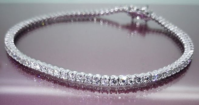 Tennis bracelet with 59 brilliant cut diamonds, 4.00 ct - 18 kt 8.20 grams - Length: 17.50 cm