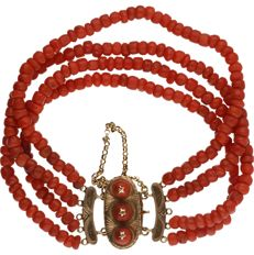 Bracelet with 14 kt yellow gold clasp and 4 precious coral strands.  Length: 19 cm