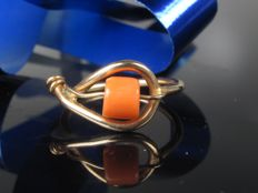 Russia 585 / 14 kt gold ring with coral *no reserve price*