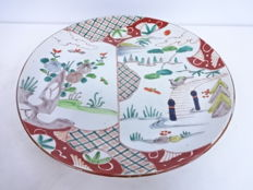 Large Imari porcelain plate with hand-painted garden design - Japan - Late 19th century