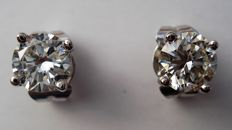 18 kt white gold solitaire ear studs with 0.90 ct brilliant cut diamonds in total, with HRD Antwerp jewellery certificate