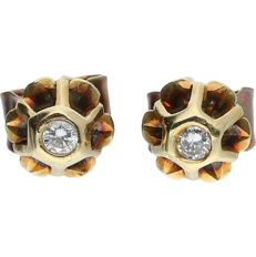 14 kt - Yellow gold earrings set with 2 brilliant cut diamonds of approx. 0.06 ct in total - Length x width: 1.5 x 0.6 cm
