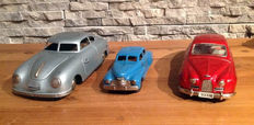 JNF, US Zone Germany/Bandai, Japan - Length: 13-20 cm - Lot of 3 tin cars: Porsche Prototyp, Perfekt and Saab 93 B with spring/friction drive, 50s/60s