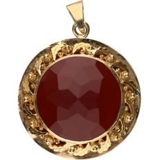 14 kt. - Yellow gold elegant pendant set with a faceted cut carnelian - Diameter: 29 mm