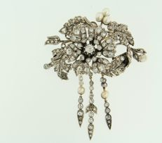 """gold with silver flower brooch """"tremblant"""" set with cultured pearls and various Bolshevik cut diamonds, approx. 5.00 carat in total"""