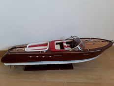 Beautiful 90 cm Riva model, with red and white interiors