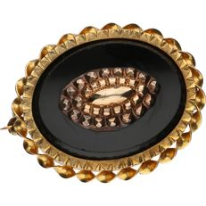 14 kt  - Yellow gold brooch set with an onyx and a rose gold detail - Length x Width: 32 mm x 26 mm