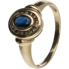 14 kt Yellow gold entourage ring in smooth setting set with Sapphire and Diamond. Ring size: 18 mm