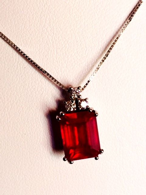 Pendant (including chain) in 18 kt white gold with 4.10 ct ruby and 0.15 ct diamonds.