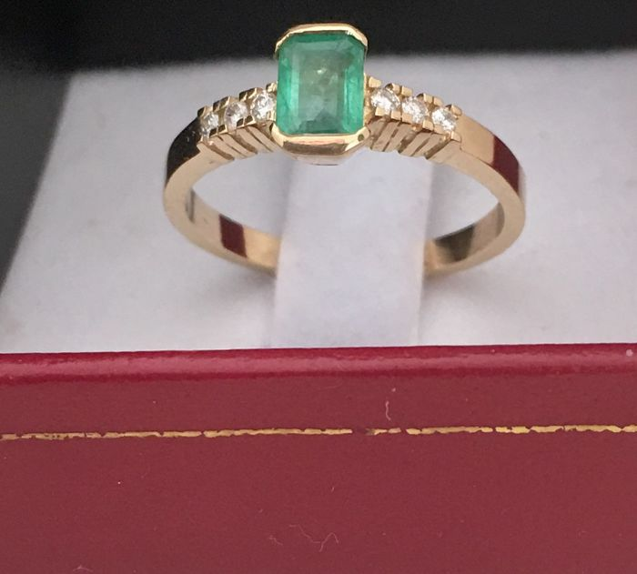 New cocktail ring (made in Spain), 18 kt yellow gold with 0.64 ct natural emerald, inner ring diameter 17 mm