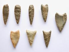 Lot with Neolithic arrowheads 33-26 mm (8)