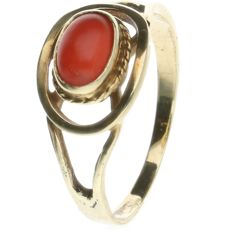 14 kt Yellow Gold ring set with Precious Coral. Ring size: 17.5 mm