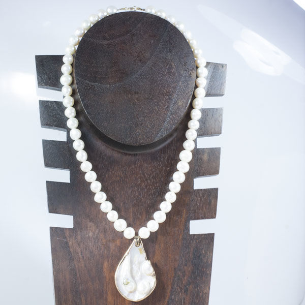 Pearl necklace with a teardrop in the centre and 18 kt gold details; No Reserve