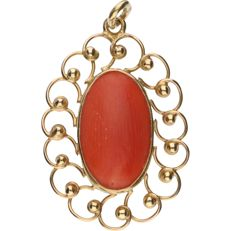 14 kt – Yellow gold cutaway pendant set with a cabochon cut red coral - length x width: 31 mm x 18 mm