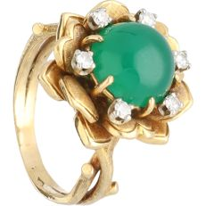 18 kt - Yellow gold ring set wtih green decorative stone and 6 single cut diamonds of approx. 0.24 ct