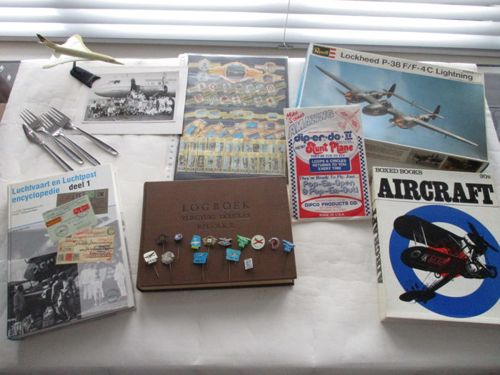 Aviation; collection of pins, cutlery, books, assembly kit, scale model, etc.