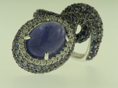 18 kt white gold, partially burnished, diamonds for 0.40, blue sapphires for 3.62 ct and centre tanzanite - finger size 13.50