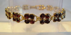 Victorian gold bracelet with blood-red Bohemian garnets in antique rose cut of 20 ct in cloverleaf shape