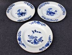 Lot of 3 plates with floral paintings - China - 18th century