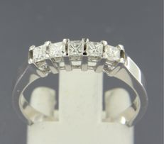 *****NO RESERVE PRICE***** 14 kt white gold ring with 5 princess cut diamonds, set in a row, approx. 0.40 carat in total.