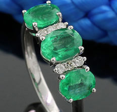 Emerald and brilliant ring, total of 2.00 ct 750 white gold ---NO reserve---