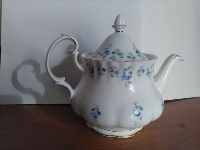 Royal Albert, Memory Lane collection, teapot and 4 plates