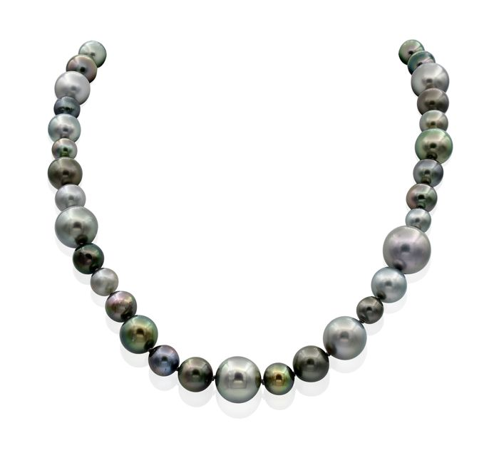 NO RESERVE PRICE - Lustrous Tahitian Pearl Necklace Completed with an 18K Gold Dazzling Ball Clasp