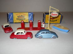 Moko Lesney Matchbox - Various Scales - Accessory Pack Esso Pump & Sign No. A1a, Meteor Sportsman MK II and Trailer No. 48a, Volkswagen 1200 No. 25b, 2 x Vauxhall E series Crestan No. 22a