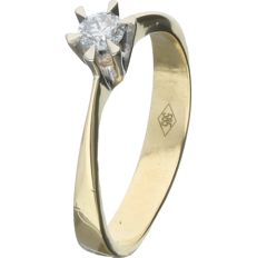 14 kt. - Yellow gold solitaire ring set with a round, 0.16 ct brilliant cut diamond, in a white gold setting - Ring size: 16.75 mm