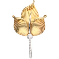 18 kt. Yellow gold brooch in the shape of a tulip, set with 9 diamonds of approx. 0.12 ct in total.