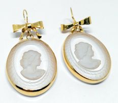 Earrings made of 18 kt yellow gold with rock crystal engravings - length 4.8 cm