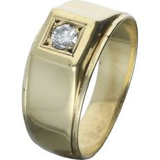 14 kt. - Yellow gold ring band set with a 0.17 ct round, brilliant cut diamond. - Ring size: 19 mm
